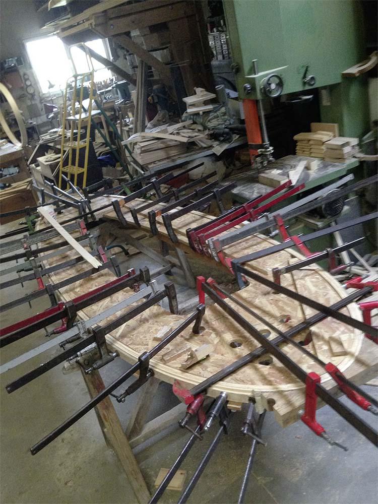 Dans l'atelier de Philippe Doucin. Fabrication cintrage des anneaux de la suspension Eugène